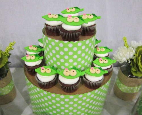 ct cupcakes e1335630620348 {DIY Tutorials} Hat Box Cupcake Tower