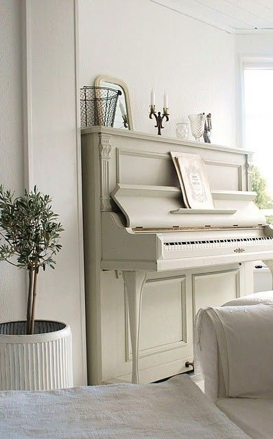 This dreamy beige piano stands out perfectly from the white walls and creates a lovely neutral atmosphere in this living room.