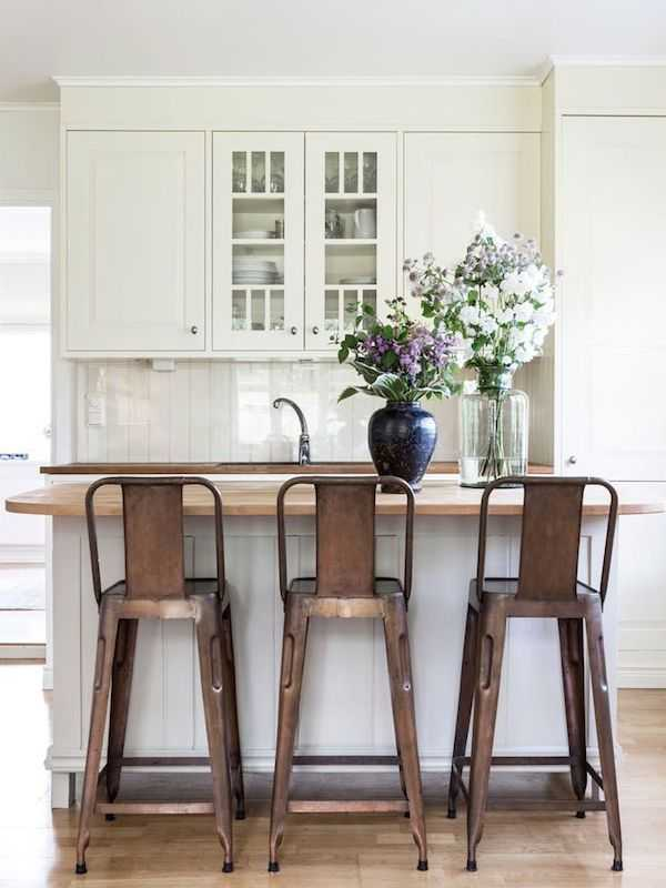 Design tips on how to add a touch of farmhouse style to your home with vintage industrial barstools. The BEST antique looking barstools and a shopping guide!