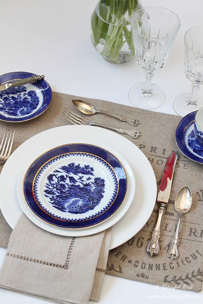 Set the perfect dinner table! We are showing you a simple and easy guide to set a table for your next dinner party. https://ablissfulnest.com/ #placesettings #tabledecor #tablesetting #designtips #entertainingideas