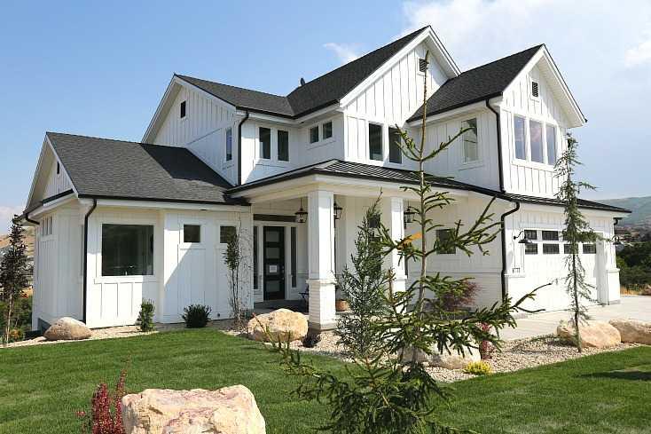 20 farmhouse kitchen ideas for fixer upper style for Industrial farmhouse exterior