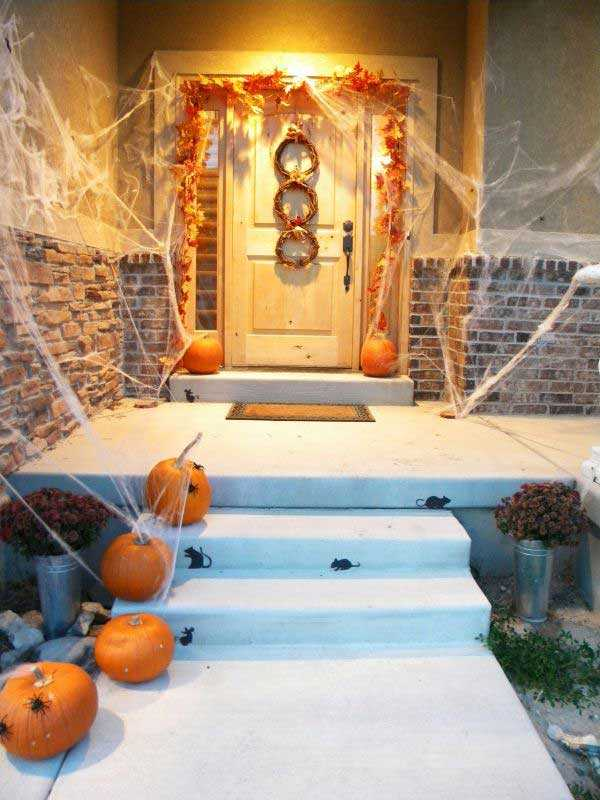 Thrifty and Chic, 20 Fabulously Spooky Halloween Front Porches