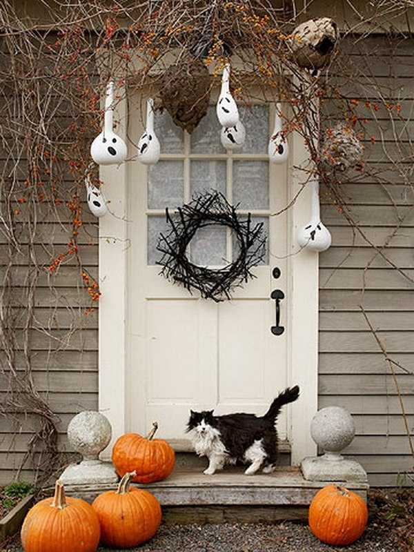 via Decoist, 20 Fabulously Spooky Halloween Front Porches