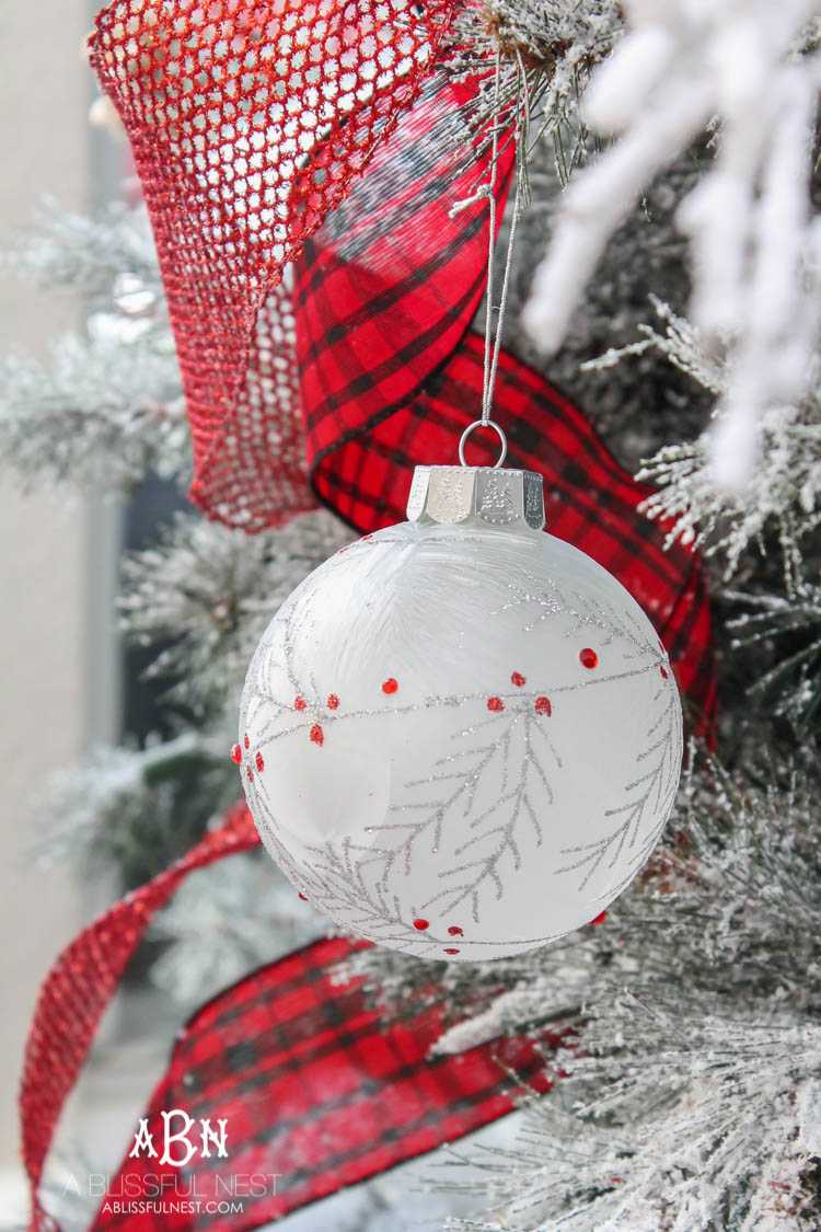 Gorgeous red and white Christmas tree décor ideas! Make your own classic Christmas tree with these tips! See more on https://ablissfulnest.com/ #christmastree #christmastreeideas #chistmasdecor