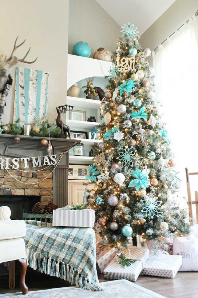This turquoise tree is a bold and brilliant christmas tree decorating idea - the colors match the room decor and make this tree stand out as a gorgeous piece