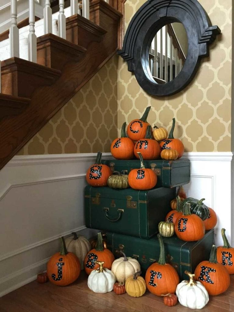 Give your Thanksgiving guests a wonderful gift to take home! These personalized Thanksgiving pumpkins will have your guests delighted to enter your home and they have a little something to take home, too! See more on https://ablissfulnest.com/ #Thanksgiving #Pumpkins #ThanksgivingDecor