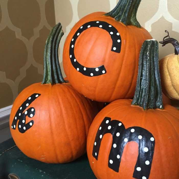 Give your Thanksgiving guests a wonderful gift to take home! These personalized Thanksgiving pumpkins will have your guests delighted to enter your home and they have a little something to take home, too! See more on http://ablissfulnest.com/ #Thanksgiving #Pumpkins #ThanksgivingDecor