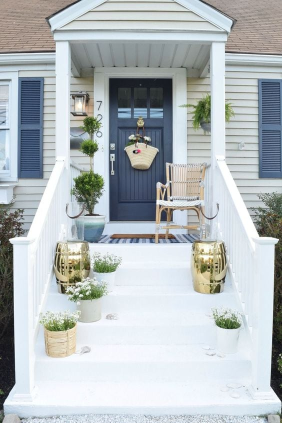 Love the modern flare of this spring front porch from Nesting WIth Grace! #spring #springporch #springdecorating #springfrontporch