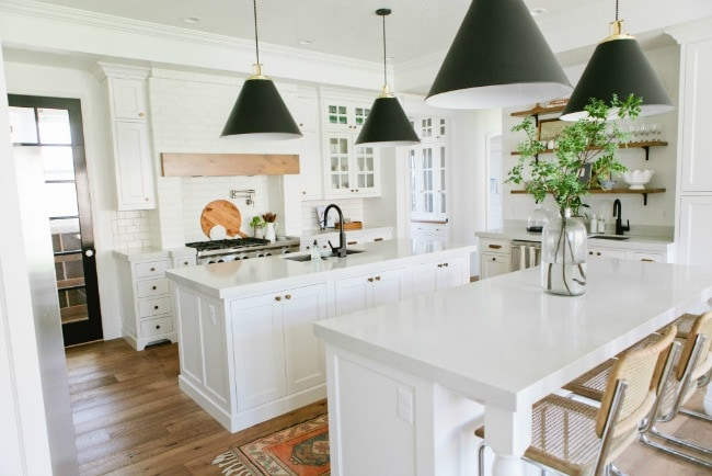 Tour these 20 modern farmhouse kitchens to understand how the farmhouse style really does work well with modern decor, especially to get Fixer Upper style. #kitchen #farmhouse #farmhousekitchen #kitchendesignideas #farmhousestyle #kitchencabinets #kitchendecor