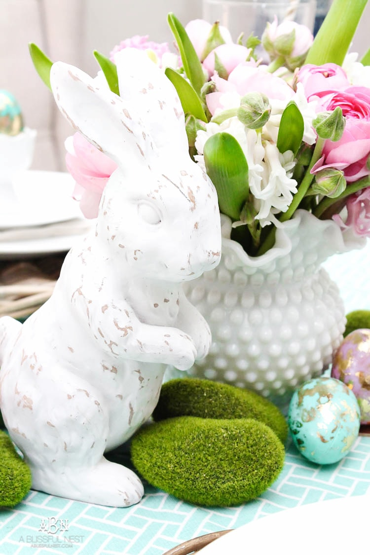 Love these bold and colorful Easter table decor ideas! See more on http://ablissfulnest.com/ #easter #eastertable #easterdecor