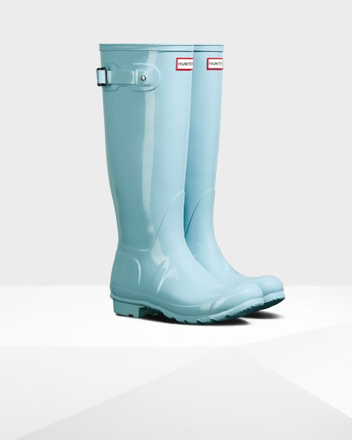 Love this gorgeous powder blue color on these boots!