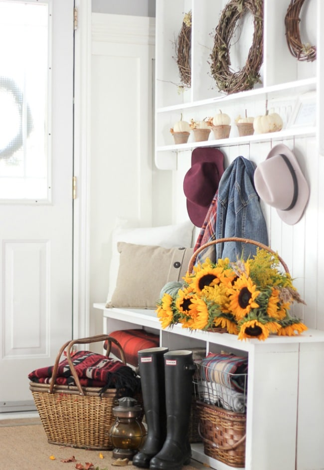 Adore this fall entryway by Craftberry Bush. Grab the best fall entryway ideas on https:ablissfulnest.com/ #falldecor #falldecorating #fallentrydecor