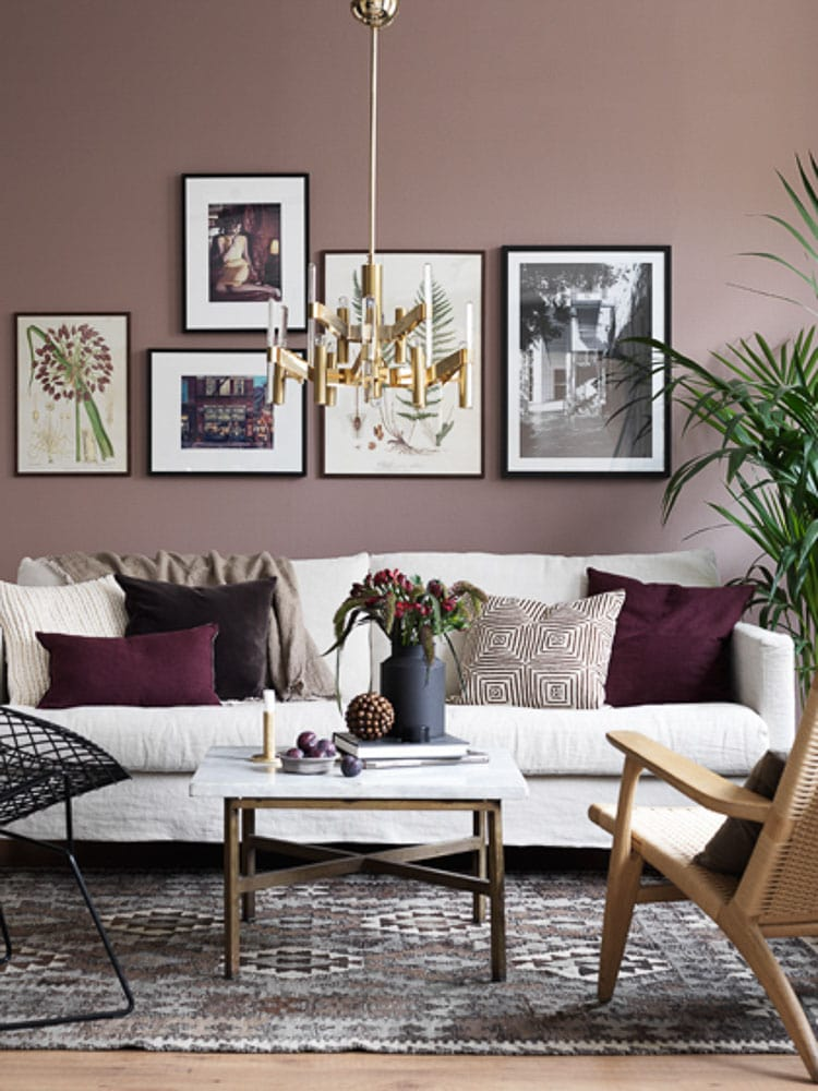 An Easy Way To Add Warm Into The Home Is Decorate With Burgundy