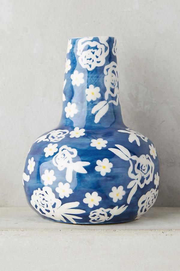 Love this gorgeous blue and white design on this vase! #blueandwhite #homedecor #homerefreshideas