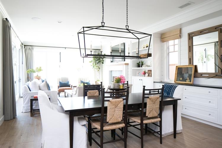I love the coastal look and open floor plan of this breakfast room! #homedecor #designideas #breakfastroom