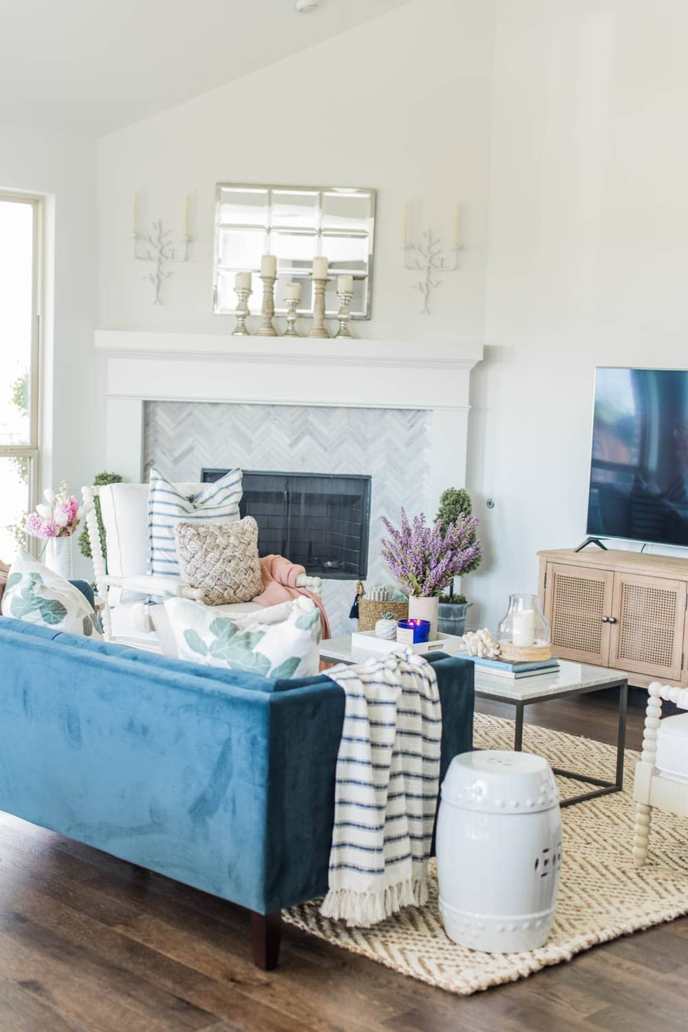 Gorgeous summer living room home decor ideas to bring some summer color into your home! #ABlissfulNest #summertrends #homedecor #livingroom #home #forthehome #tour #shop #coastal #interiordesign #decor #summer #summerhomedecor #summerdecor #livingroom #livingroomdecor