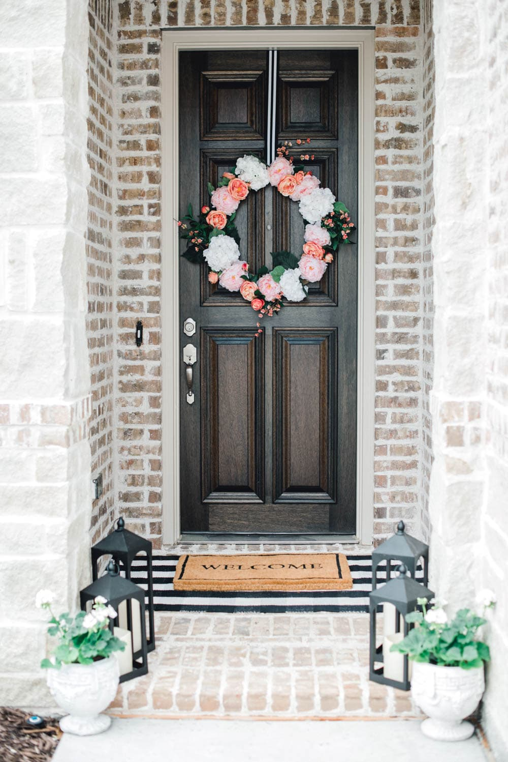 Freshen your porch up with a beautiful wreath! Love these tips on effortless spring decorating! #ABlissfulNest #spring #springideas