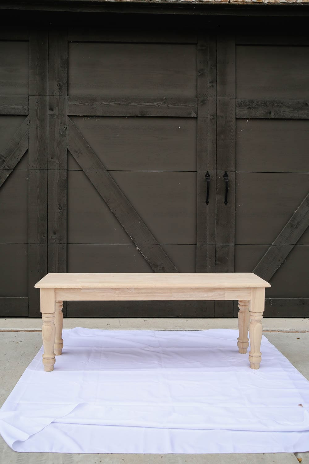 Create a beautiful two-toned finish with Zar stain and create a gorgeous farmhouse bench with this tutorial. #zar #ad #farmhousestyle