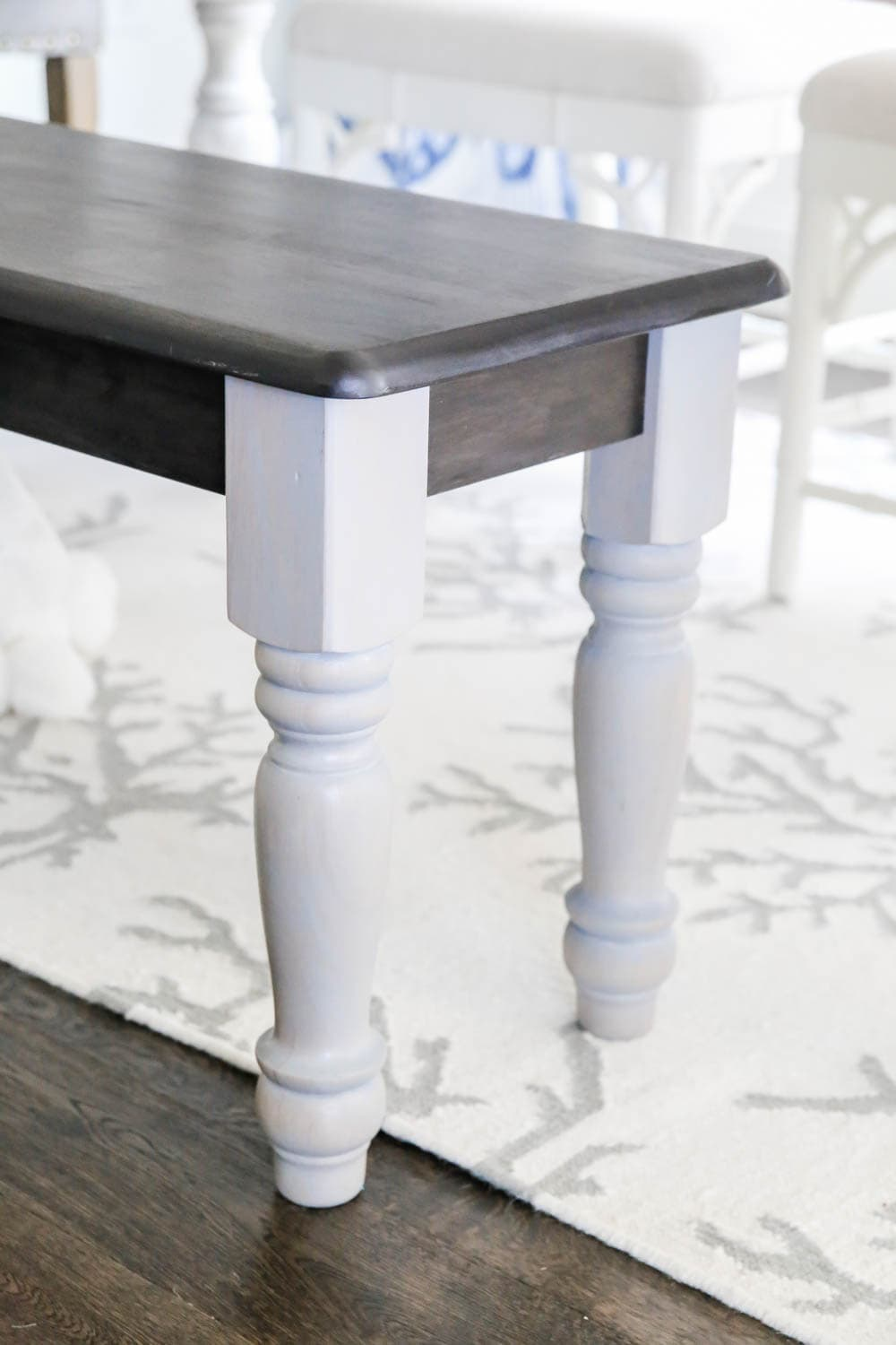 The most gorgeous stain color from Zar on this farmhouse bench makeover. #zar #ad #farmhousedecor #farmhousestyle