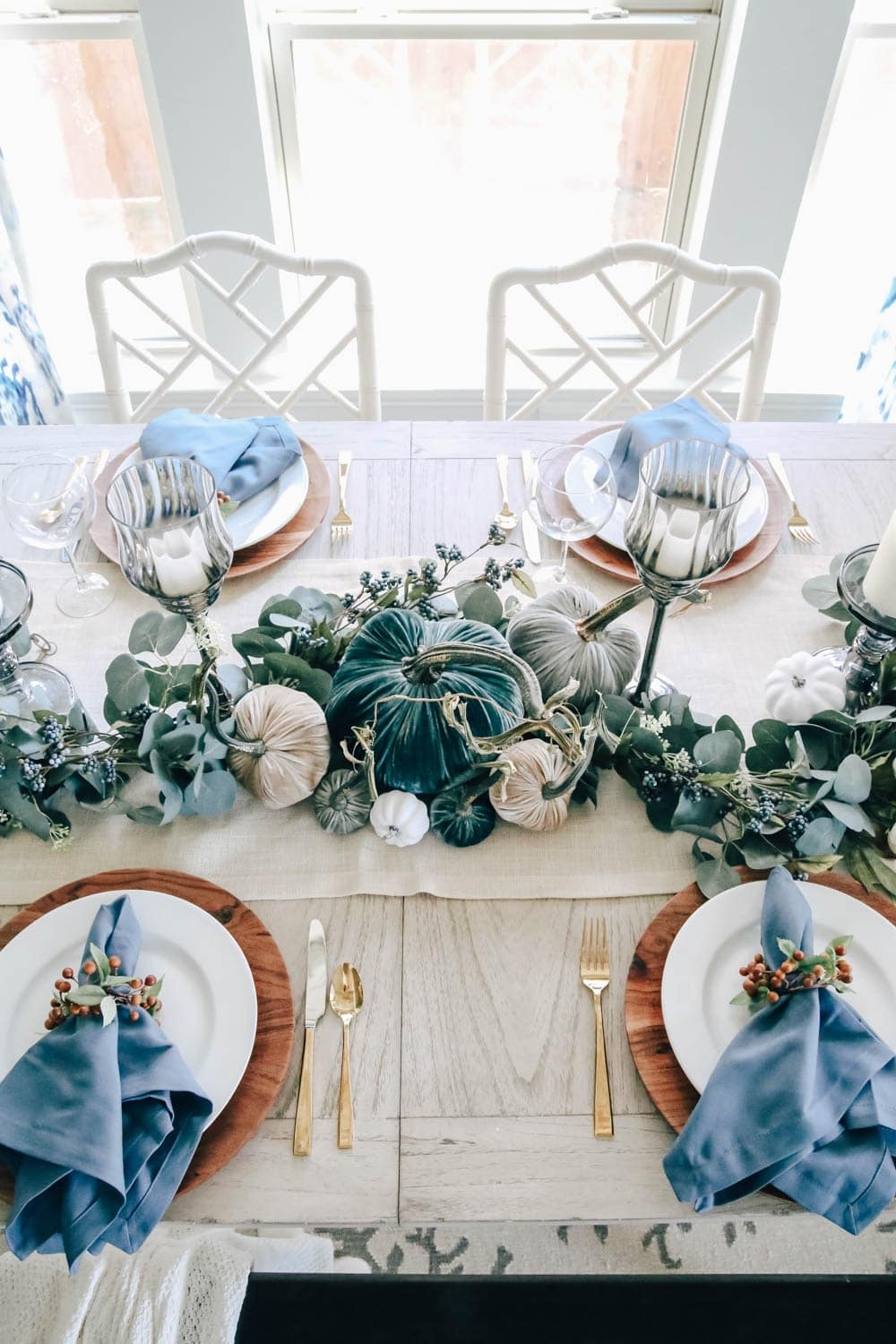 A twist on a traditional fall table. Simple table decor for Thanksgiving. #thanksgiving #falldecor #tablescape