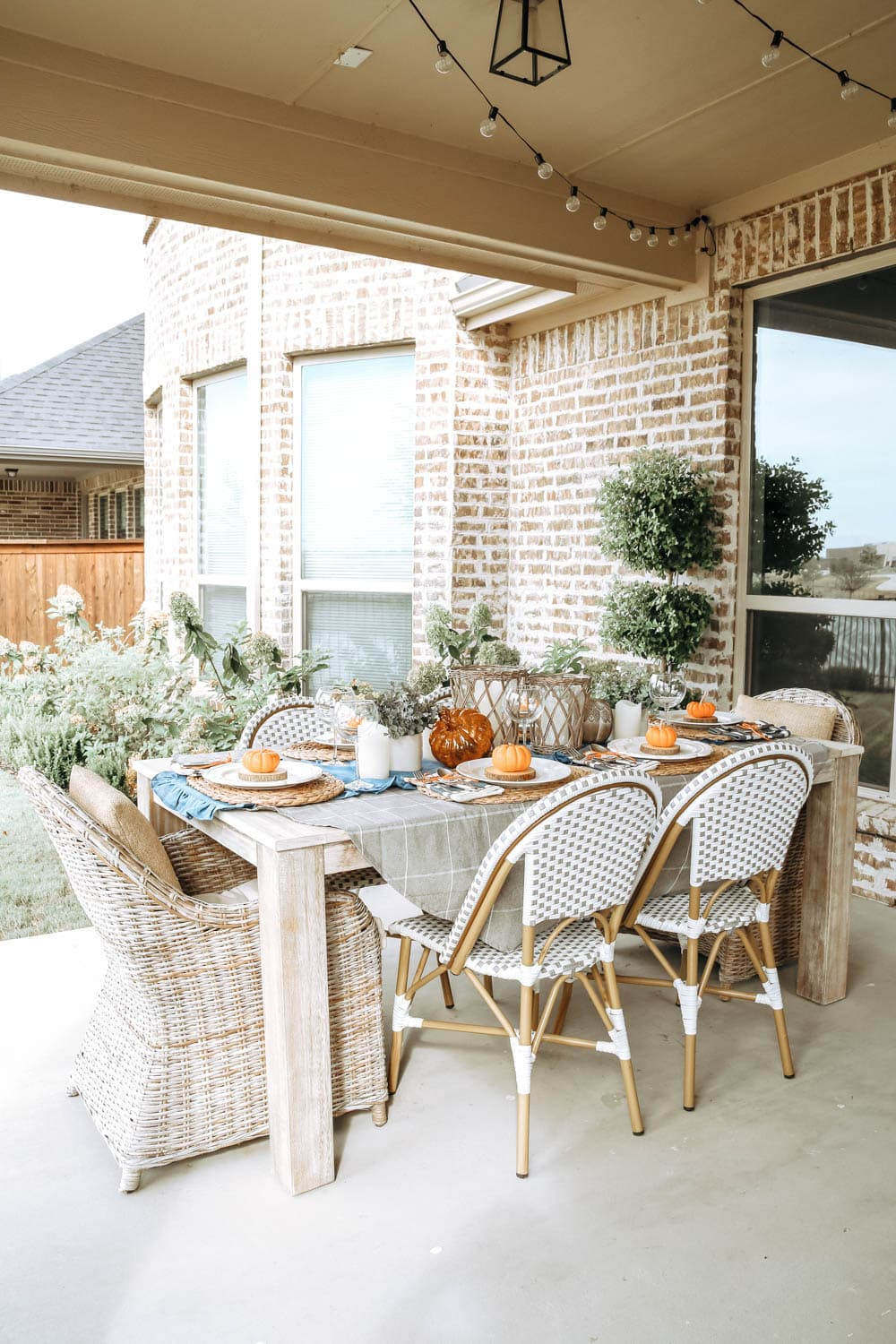 Create and outdoor autumn fall table with these simple tips. #ABlissfulNest #falltable #fall #falldecor
