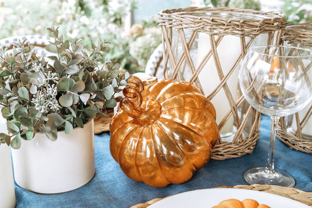 Glass pumpkin accents add a touch of glam to this autumn fall table. #ABlissfulNest #falltable #falldecor