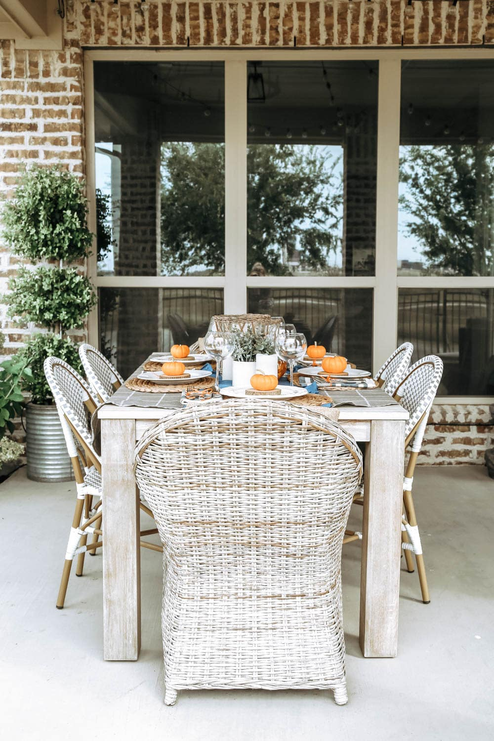 Outdoor autumn fall table with orange and blue accents. Gorgeous fall party idea. #ABlissfulNest #falldecor #fall #thanksgiving