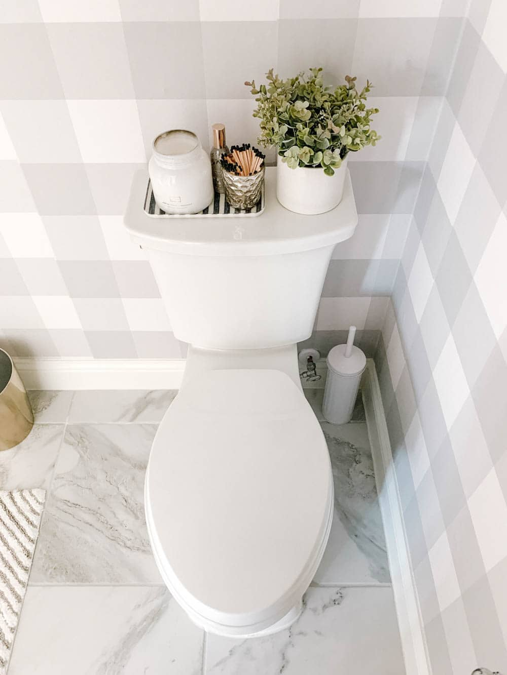 Pretty little details make a powder bathroom perfect for your guests. #ABlissfulNest #farmhousestyle #bathroom
