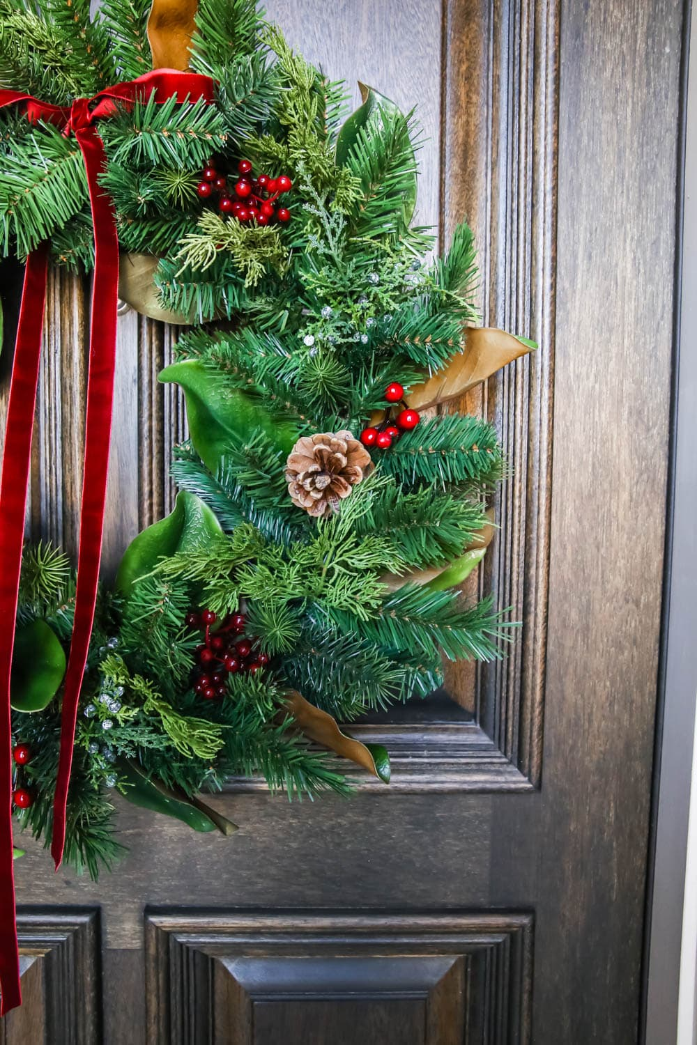 Details of this traditional holiday wreath. #ABlissfulnest #christmasporch