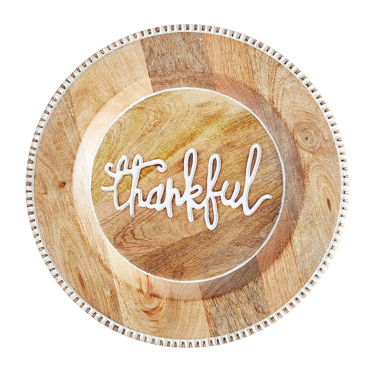 These wooden charger plates are the perfect addition to your Thanksgiving tablescape. #ABlissfulNest