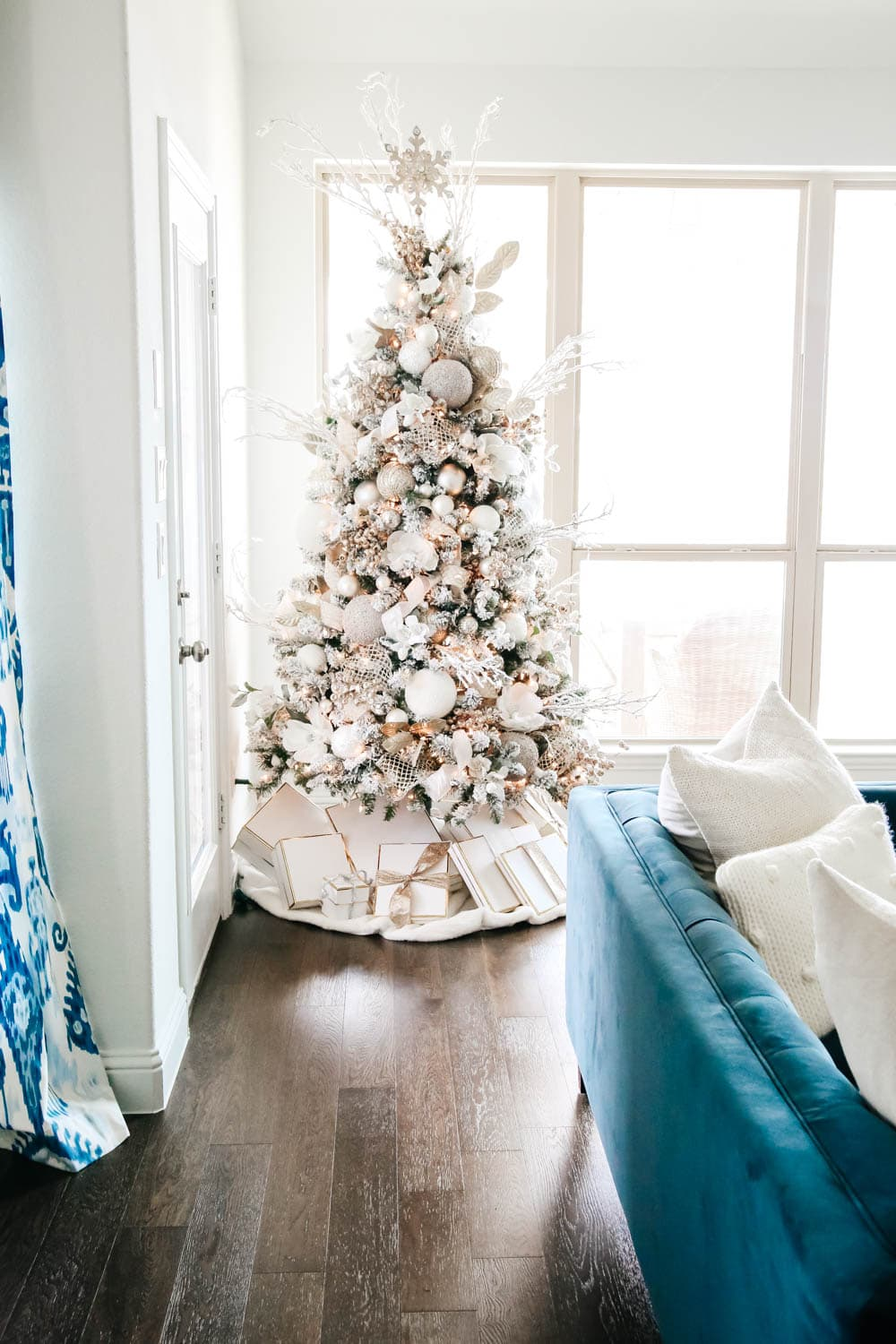 Neutral Christmas tree, winter white Christmas decor ideas. #ABlissfulNest #Christmasdecor #holidaydecorating