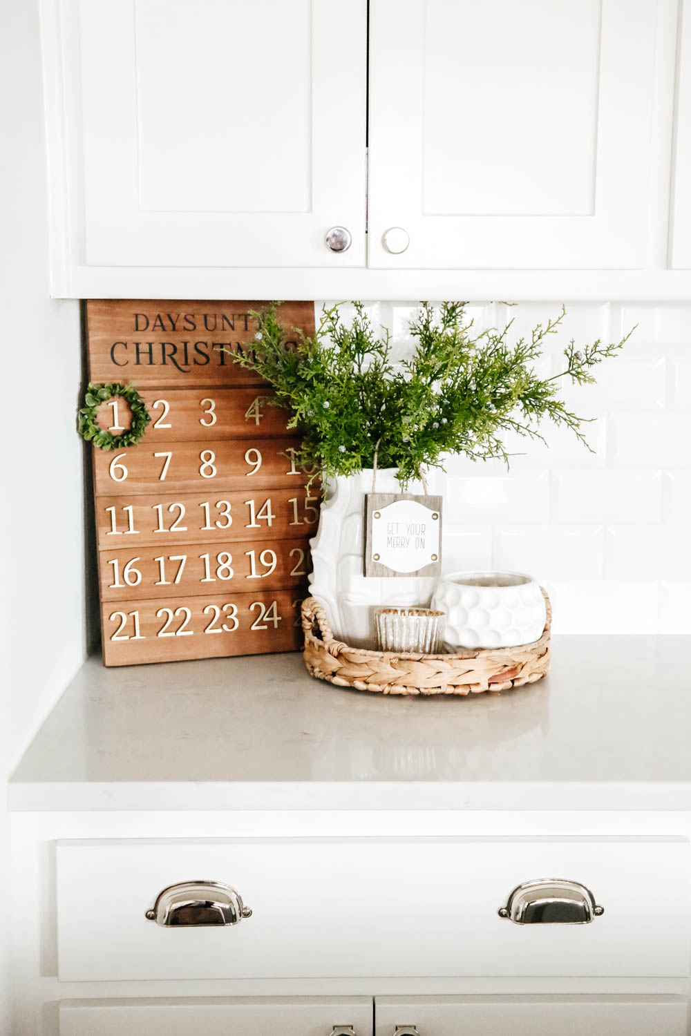 Christmas countdown calendar in white kitchen. #ABlissfulNest #Christmasdecor #holidaydecoratingideas