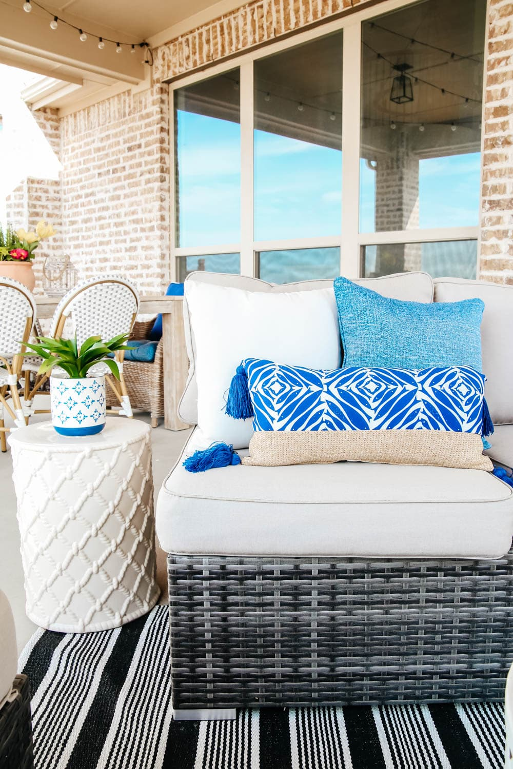 Beautiful pops of blue on this spring patio. #ABlissfulNest #patio #outdoor #backyard