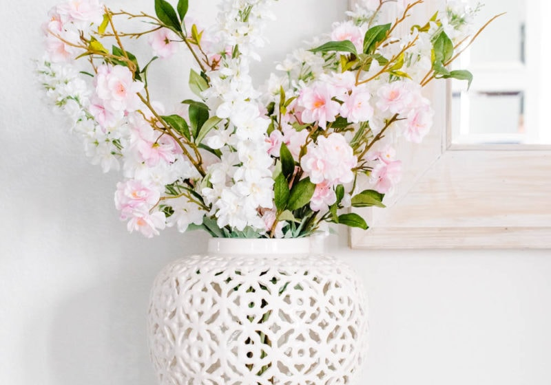 Best ideas on how to decorate with vases! A variety of beautiful and affordable vases for any design style. #ABlissfulNest #vases #descoratingtips #homedecor #springdecor