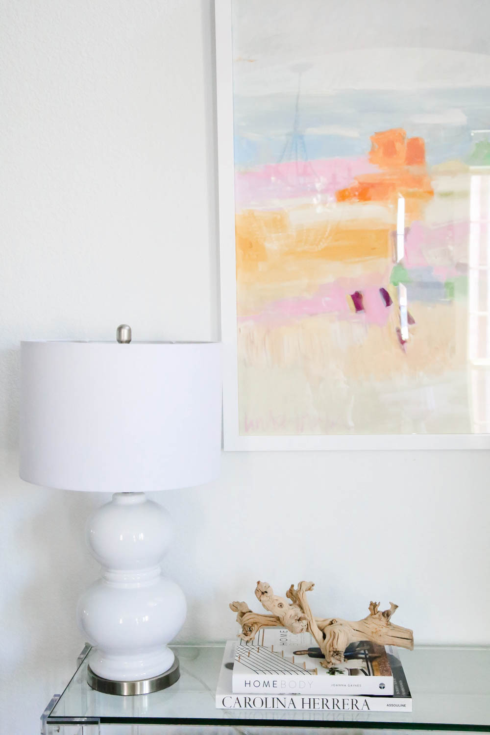 A modern white table lamp mixed with coastal accessories in this summer entryway. #summerdecor #entryway #ABlissfulNest