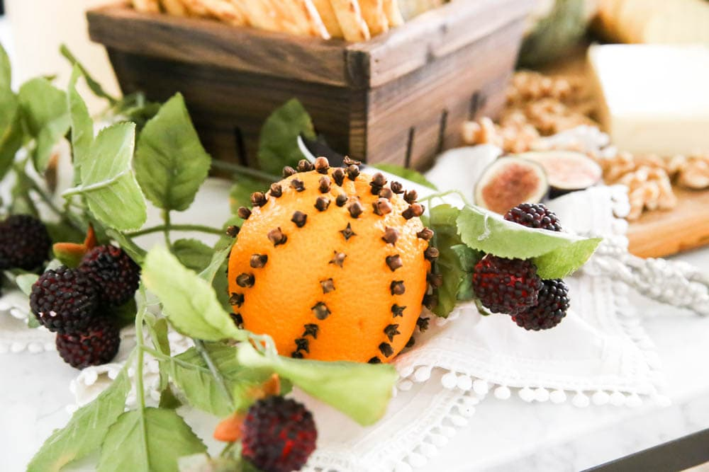 Make these delicious smelling oranges with cloves stuck in them. #ABlissfulNest #falldecor #fall