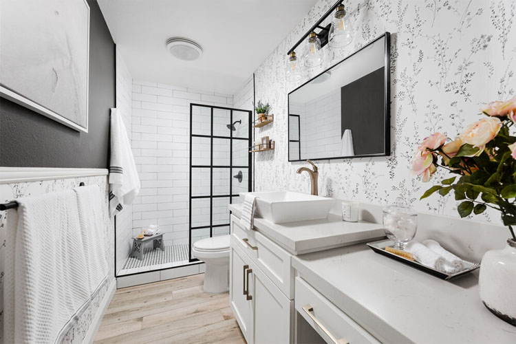 This stunning black and white bathroom design by Joselyn Rendon is so simplistically beautiful!