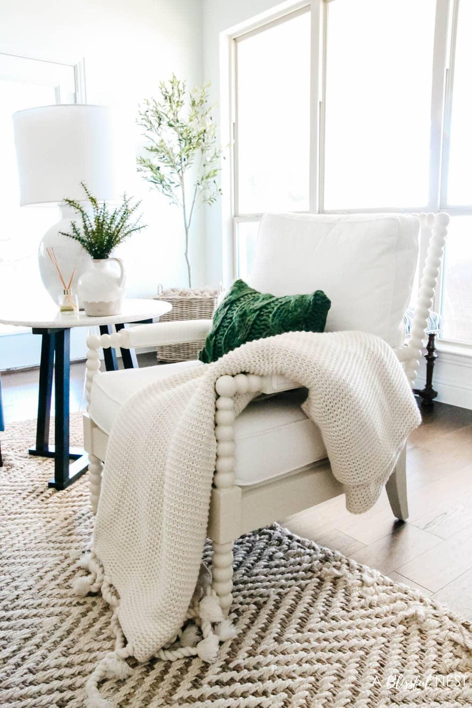 Chunky knit blanket, green Christmas decor. #ABlissfulNest #christmasdecor #christmasideas
