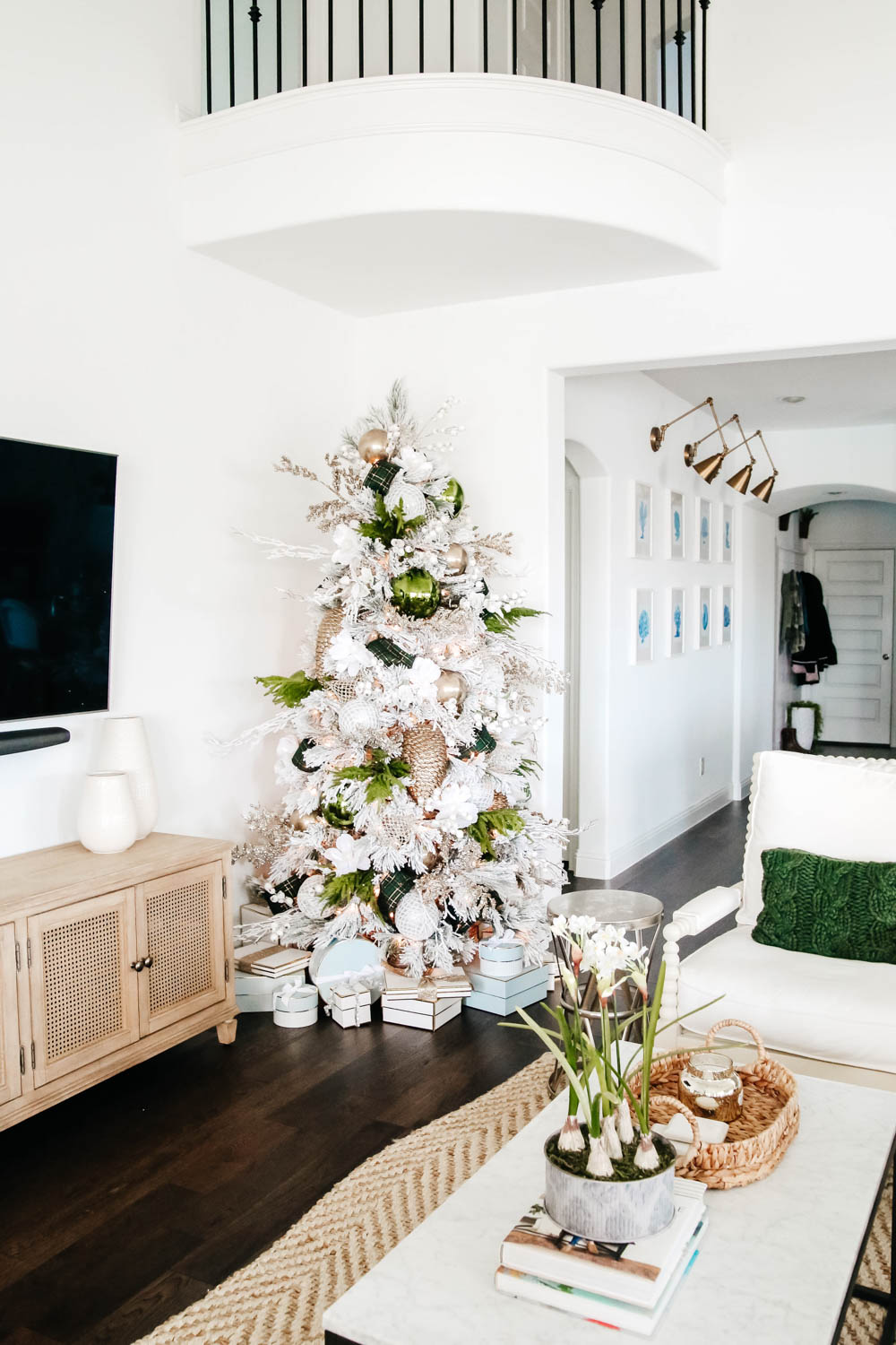 White and green Christmas tree + holiday decor ideas. #ABlissfulNest #christmastree #christmasdecor