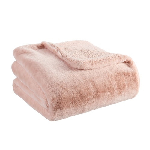This pink faux fur throw blanket looks so cozy and it's so affordable! #ABlissfulNest