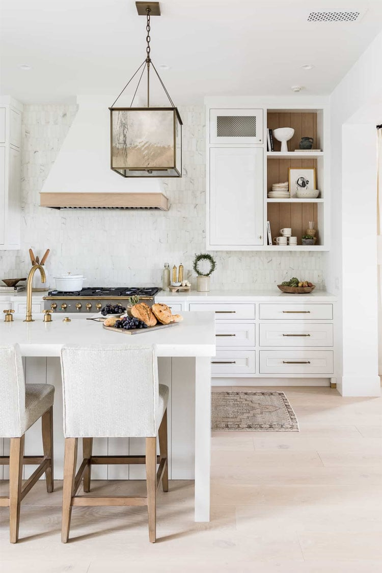 This gorgeous kitchen design by Mindy Gayer Interiors is SO stunning!