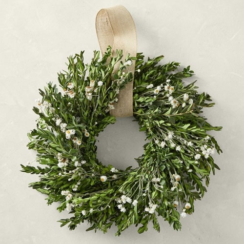 This daises wreath is such a beautiful spring wreath for your front door! #ABlissfulNest