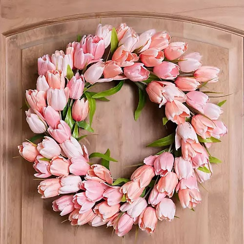 This pink tulip wreath is such a stunning one for spring! #ABlissfulNest