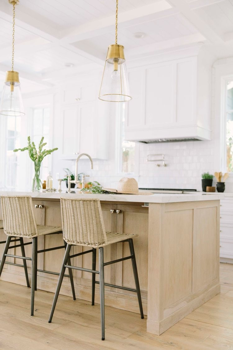This natural, glam kitchen designed by Rita Chan Interiors is such a gorgeous one! I love it!