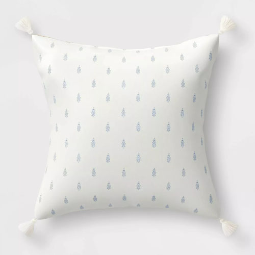 This reversible throw pillow is perfect for your patio this spring and summer! #ABlissfulNest