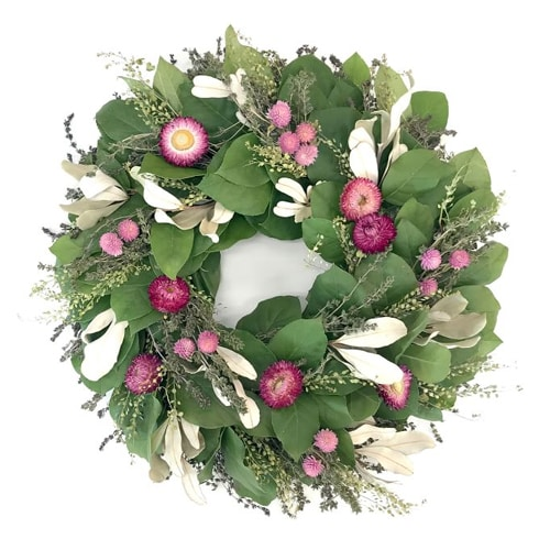 This pink floral wreath is so pretty for the summer! #ABlissfulNest