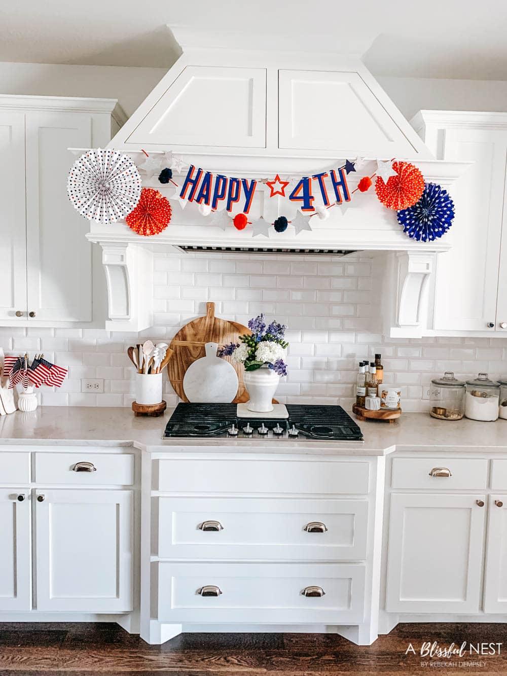 4 de julio simple y decoración patriótica para el hogar.  Ideas de decoración en rojo, blanco y azul.  #ABlissfulNest # 4thofjuly #patrioticdecor