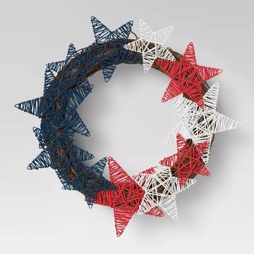 ¡Esta corona de estrellas tejida cuesta solo $ 15 y una pieza de decoración perfecta para el 4 de julio para agregar a su patio!  #ABlissfulNest