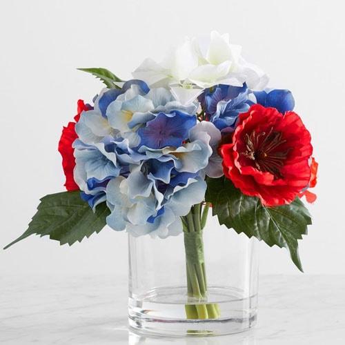 ¡Este arreglo floral falso es la adición patriótica más bonita a tu mesa al aire libre este verano!  #ABlissfulNest