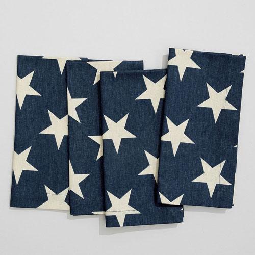 ¡Estas servilletas de lino con estampado de estrellas azul marino quedarían hermosas junto con platos a rayas en tu mesa de comedor al aire libre!  #ABlissfulNest